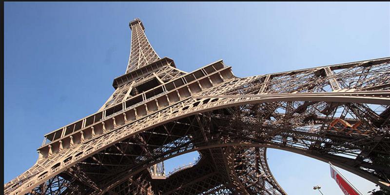 La Torre Eiffel  protegida por cristal blindado