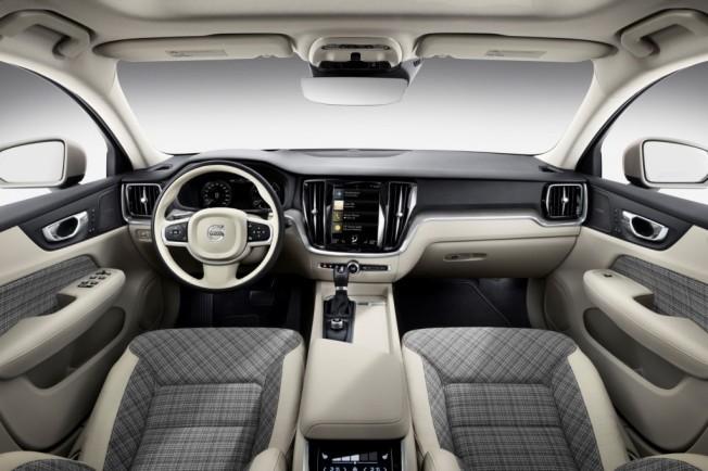 """La variante de carrocería familia del S60 de Volvo necesitaba una merecida puesta a punto adoptando los nuevos rasgos estilísticos de Volvo implantados en forma de modelo nuevo o de lavado de cara, los cuales son perfectamente evidentes en la parte delantera con el ya típico diseño de los faros en forma de """"Martillo de Thor"""" con una banda luminosa de LED que cruza horizontalmente los grupos ópticos, y los pilotos traseros que se extienden por los pilares y hacia el portón del maletero."""