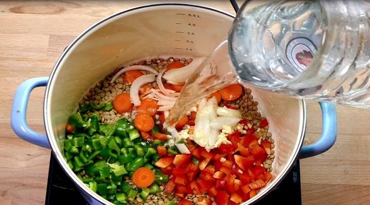 Agregando las verduras a las lentejas